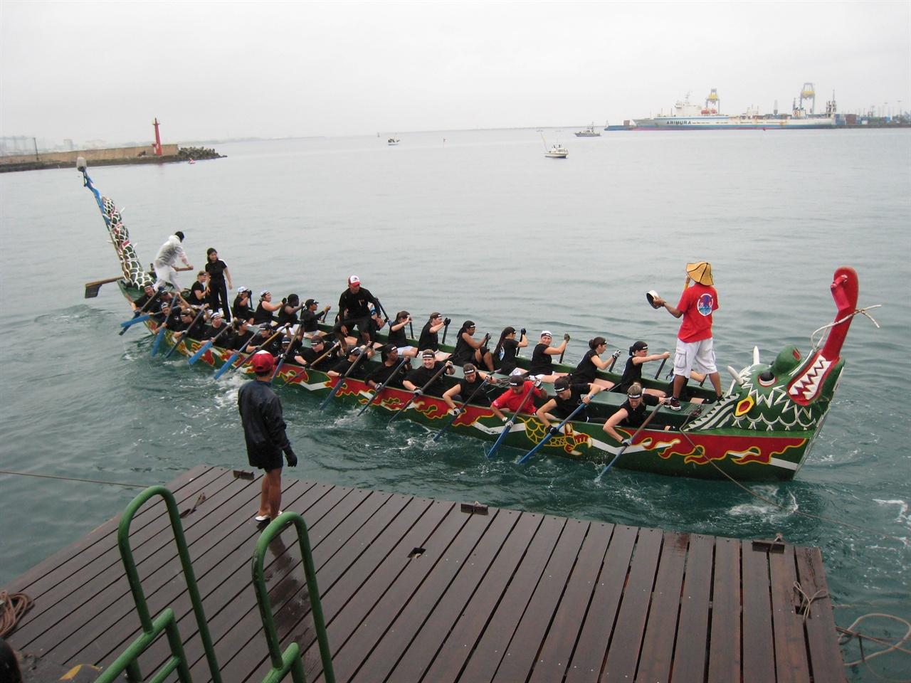 일본 오키나와에선 관광객을 반기는 흥겨운 축제가 자주 열린다.