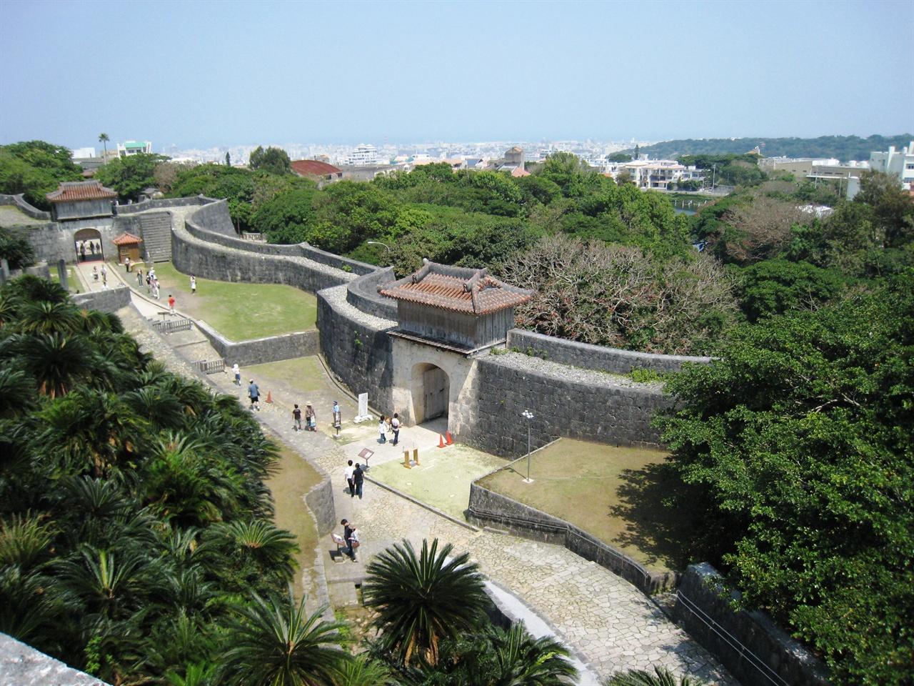 일본과 중국의 건축양식이 결합된 오키나와의 궁성.