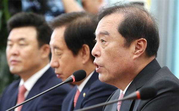 자유한국당 김병준 비상대책위원장이 9일 오전 국회에서 판문점 선언 비준 동의에 관련해 긴급 기자간담회를 열고 발언하고 있다.