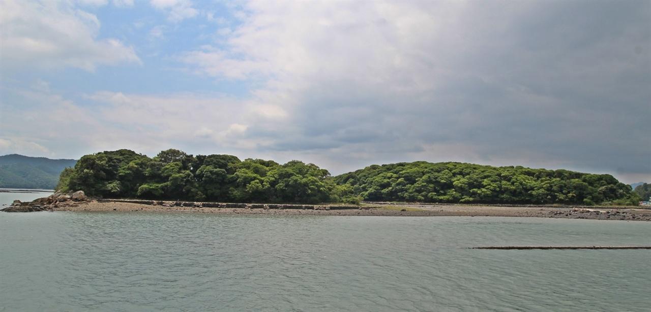 마량 가막섬이다. 현지인들은 숲이 우거진 이 섬을 까막섬이라 부른다.