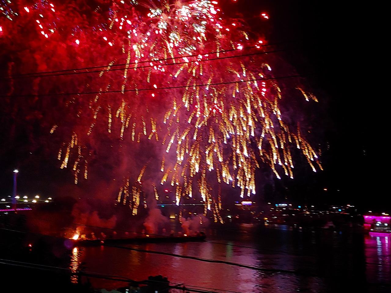 '여행, 사랑, 꿈'이라는 주제로 열린 2018 여수 밤바다 불꽃축제
