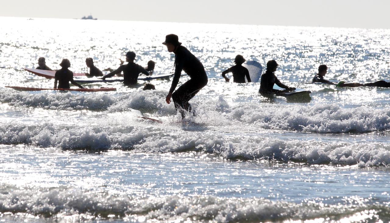 서핑족들로 바다를 가득 메운 만리포 만리포해수욕장이 서핑족들로 수놓아졌다. '만리포니아'라는 별칭을 얻고 있는 만리포해수욕장이 해수욕철이 끝난 지난 8일과 9일 서퍼들로 북새통을 이뤘다.