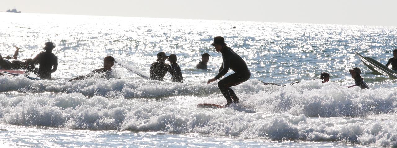 만리포니아 만리포해수욕장이 서핑족들로 수놓아졌다. '만리포니아'라는 별칭을 얻고 있는 만리포해수욕장이 해수욕철이 끝난 지난 8일과 9일 서퍼들로 북새통을 이뤘다.