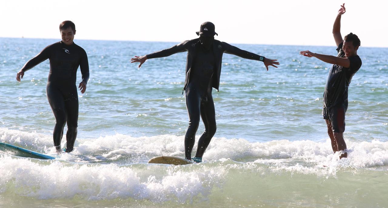 3형제 서퍼? 서퍼 3명이 마치 수준을 말해주듯 서핑을 민끽하고 있다.