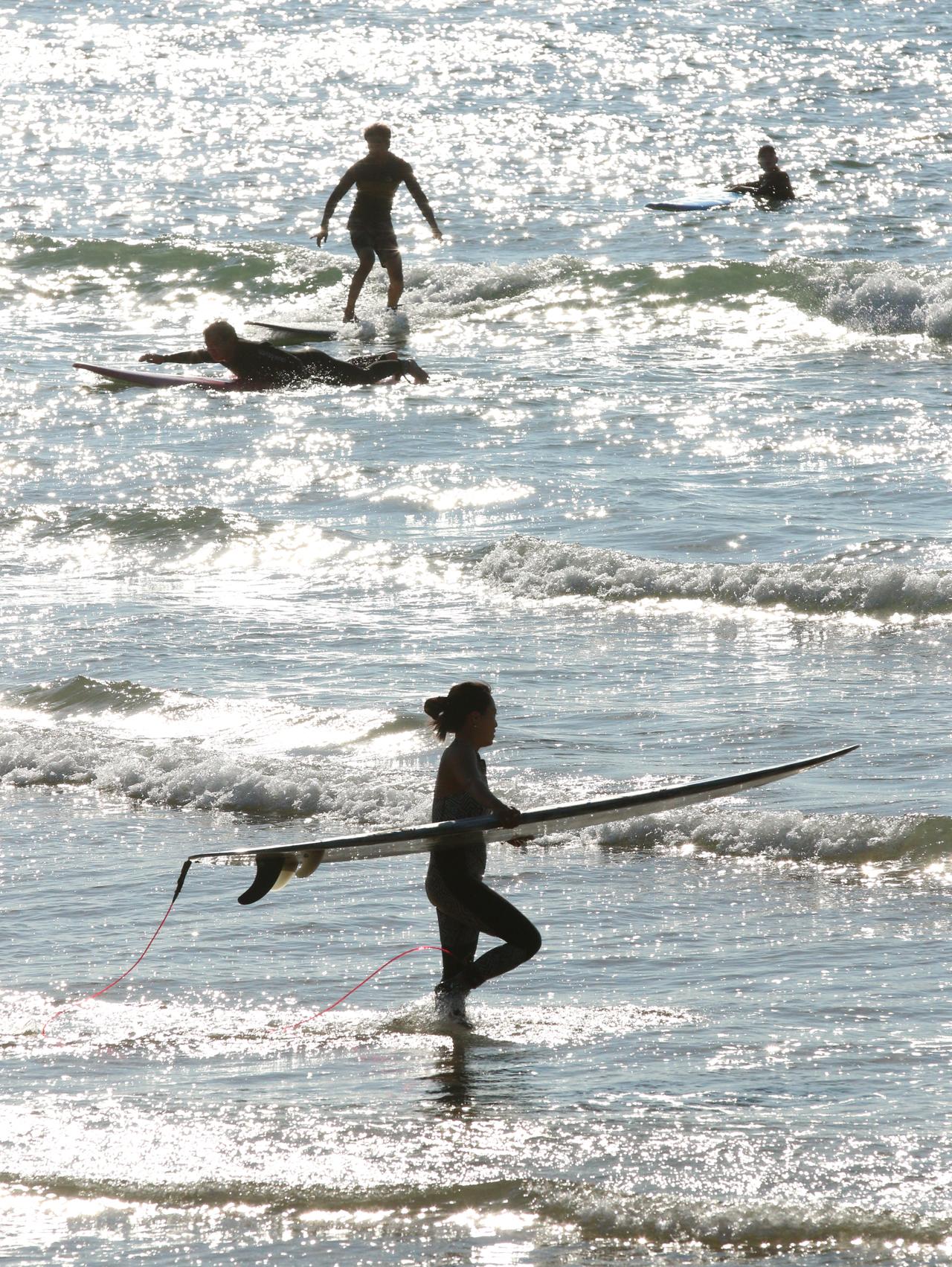 이국적인 분위기의 만리포 만리포해수욕장이 서핑족들로 수놓아졌다. 서핑을 즐기러 바다에 들어가는 서퍼와 서핑을 즐기고 있는 서퍼의 모습이 마치 이국적인 정취의 분위기를 연출하고 있다.