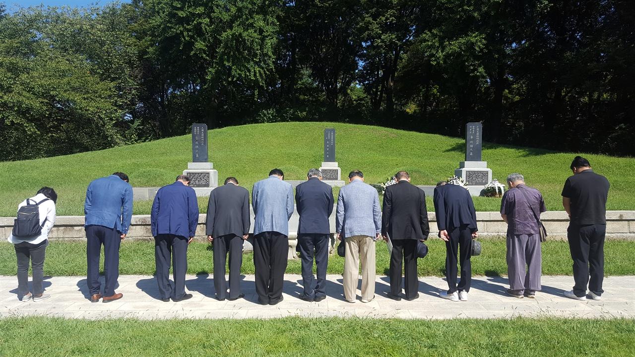 차리석 선생을 비롯한 이동녕, 조성환 선생 등 임시정부 요인 묘역에 참배하는 참배객들