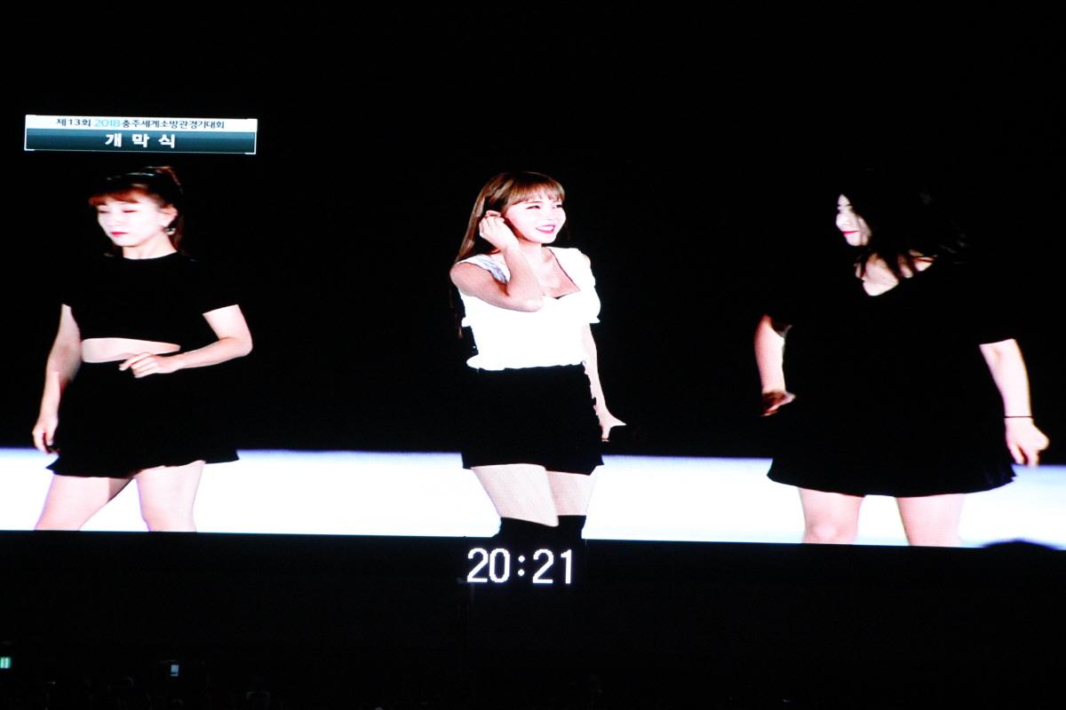 축하공연의 홍진영