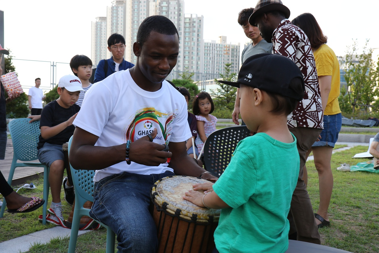 아프리카 전통 드럼인 젬베를 배우는 아이.