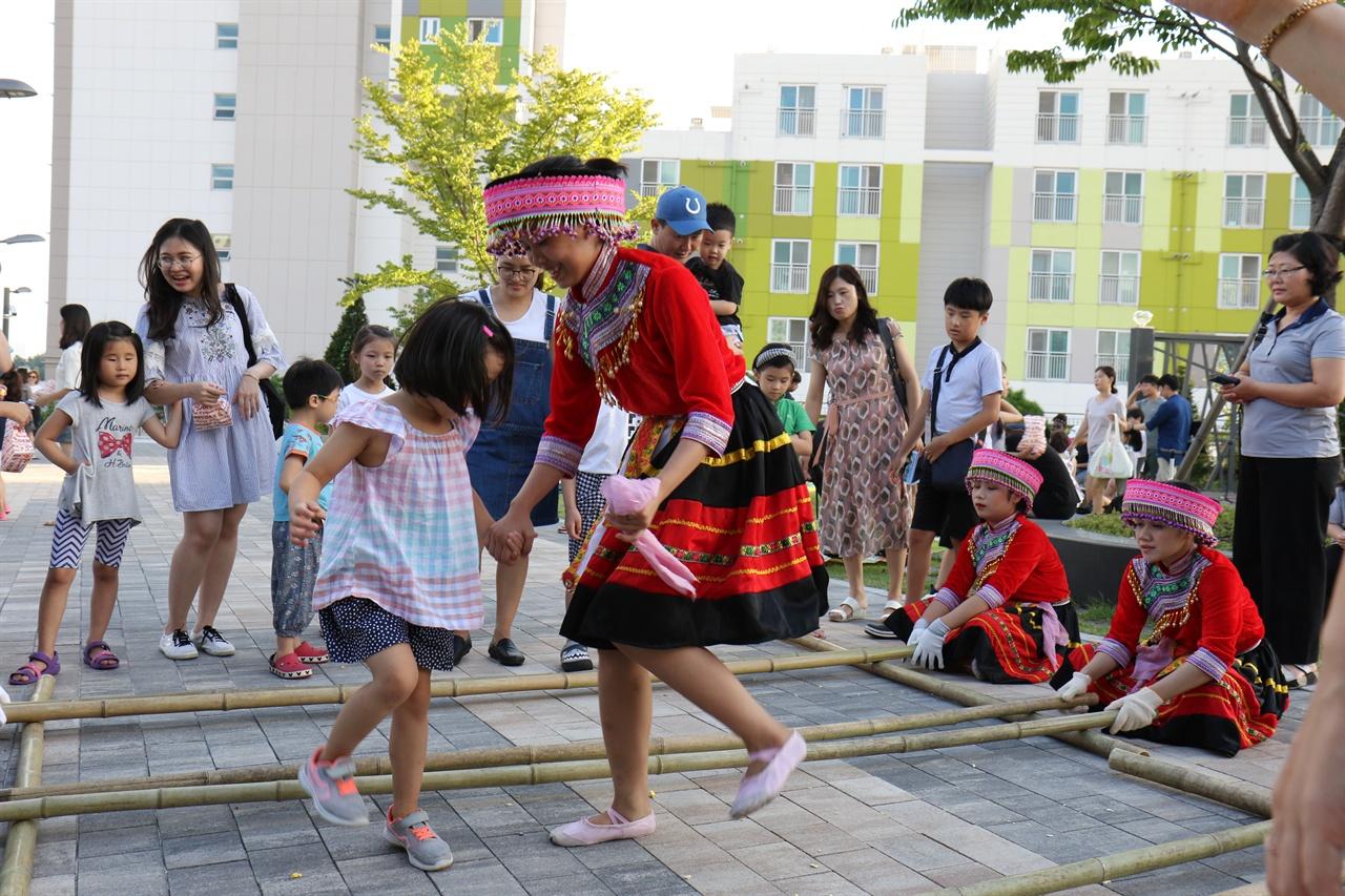 '베트남 대나무 전통 춤 체험'은 우리나라 고무줄놀이와도 유사하다.