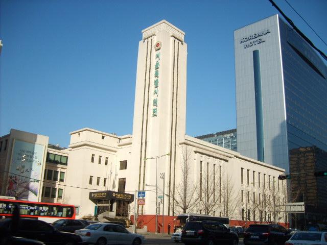 4월 혁명 당시의 국회의사당. 지금은 서울특별시의회 건물로 쓰이고 있다.
