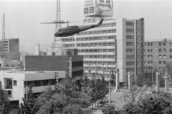 1980년 5월24일 당시 금남로 상공에 헬기가 날아다니고 있다.<5·18기념재단 제공>