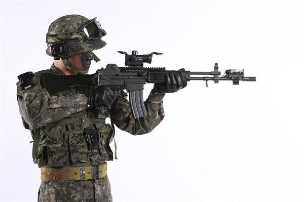 육군, 여단급 부대 동시훈련 가능 과학훈련체계 구축 경량화된 무선 마일즈 장비를 착용한 전투원의 모습. 지난 8월 29일 육군은 여단급 부대가 동시에 훈련할 수 있는 과학화 훈련체계를 구축했다고 전했다.