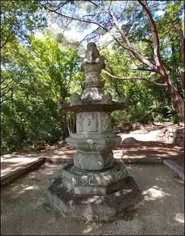 소요대사탑 소요대사탑(보물 제 154호)은 조선시대 세운 것으로 탑몸체에, 탑의 주인과 연대가 또렷이 새겨져 있다