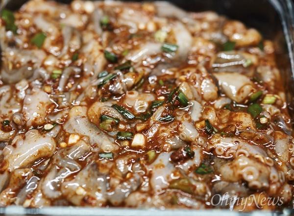 가을 주꾸미로 만들 수 있는 음식 가운데 별미가 젓갈이다. 만드는 법도 간단하다. 잘 씻은 주꾸미에 소금을 넣고 냉장고에서 20일 이상 숙성하면 된다.