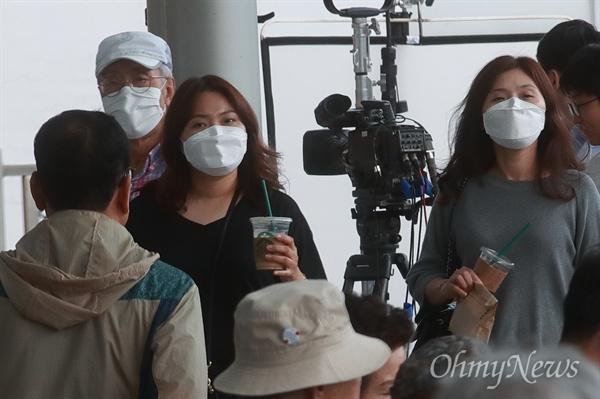 메르스 환자 발생에 주의하는 시민들 중동호흡기증후군(메르스) 확진자 발생에 따라 감염병 위기 경보 수준이 '관심'에서 '주의' 단계로 격상된 10일 오전 서울 종로구 서울대병원에 시민들이 마스크를 착용한 채 내원하고 있다.