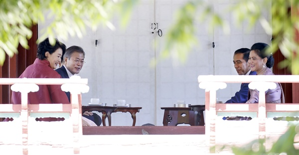 문재인 대통령 내외와 조코 위도도 인도네시아 대통령 내외가 10일 오전 창덕궁 후원을 찾아 영화당에서 전통 소반에 준비한 다과를 함께하며 얘기를 나누던 중 참새가 날아들자 웃음 짓고 있다.