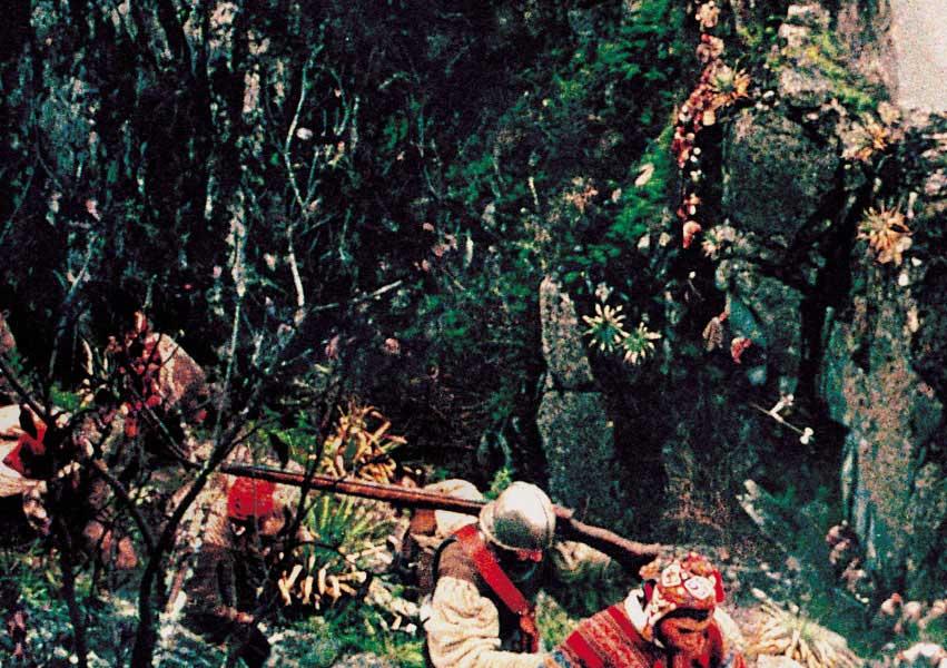 처절히 행군하는 영화 속 탐험대의 모습