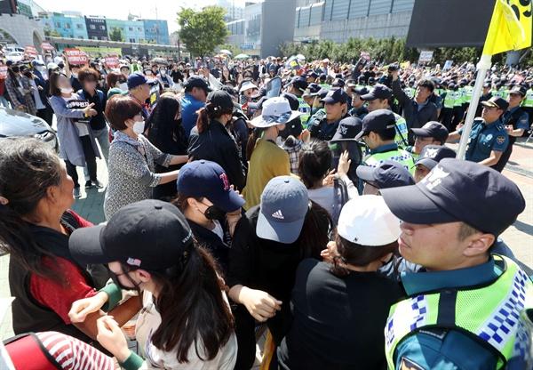 제1회 인천퀴어문화축제가 열린 8일 오전 인천시 동구 동인천역 북광장에서 경찰이 축제 개최를 반대하는 시민들을 막고 있다.