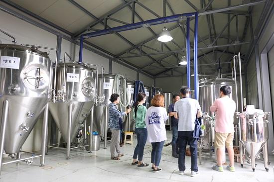 양조장을 둘러보는 참가자들에게 홍 대표는 맥주 만드는 과정은 식혜를 만드는 방법과 비슷하다고 설명했다.
