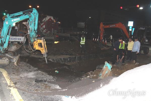 9월 10일 오후 1시경 경남 창원시 의창구 신월동 시민생활체육관 앞 도로에 땅 꺼짐 현상인 '싱크홀'이 발생해 이날 저녁까지 복구작업이 벌어지고 있다.