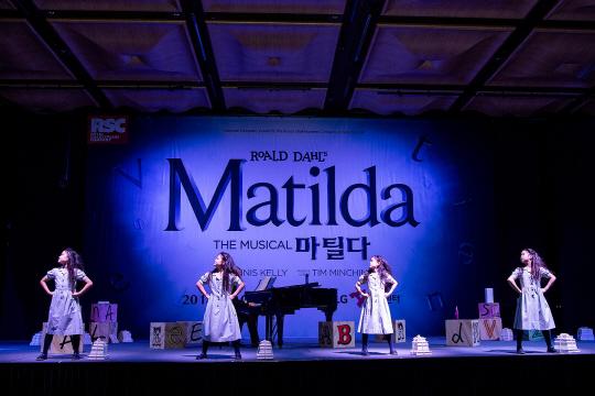 뮤지컬 <마틸다> 제작보고회 중 마틸다 역을 맡은 배우들이 포즈를 취하고 있다.
