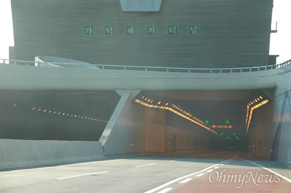 부산 가덕도와 경남 거제도를 연결한 거가대교의 해저터널 입구.