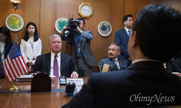 비건 미 대북정책특별대표가 11일 오전 서울 외교부 청사에서 이도훈 한반도평화교섭본부장과 회담을 하고 있다.