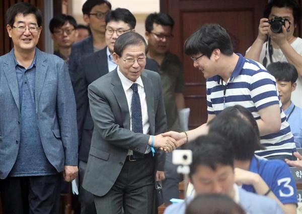 박원순 서울시장이 7월 23일 오후 중구 서울시의회 본회의장에서 열린 '2017 서울청년의회'에서 참석자들과 인사를 하고 있다.