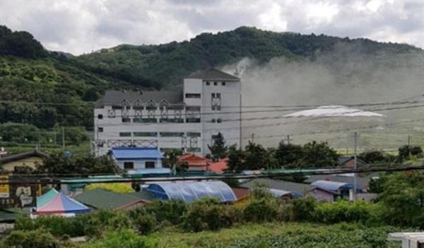 청도 용암온천 불 11일 오전 9시 54분께 경북 청도군 화양읍 청도 용암온천에서 불이 나 밖으로 연기가 퍼지고 있다.