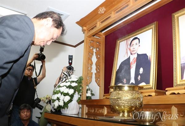 김병준 자유한국당 비대위원장이 11일 오전 경북 구미시 상모동 박정희 전 대통령 생가 추모관에서 머리를 숙여 추모하고 있다.
