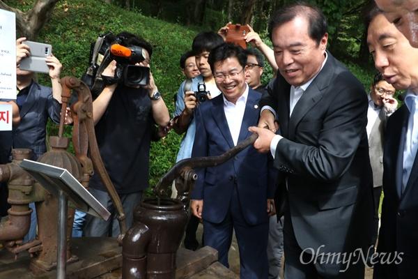 김병준 자유한국당 비대위원장이 11일 오전 경북 구미시 상모동 박정희 전 대통령 생가에서 우물가에 있는 펌프질을 하는 퍼포먼스를 하고 있다.