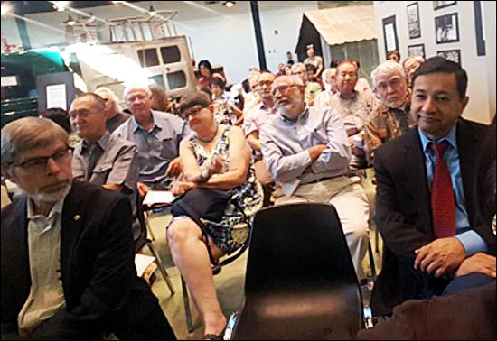 스콧하네스 개막식에서 배국희 대한인국민회 이사장의 축사를 듣고 있는 사람들, 앞줄 오른쪽 첫번째는 스콧하네스 다뉴바 시장