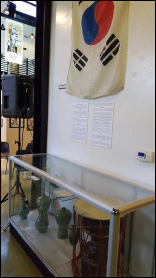 태극기 초기 한인 이민자들이 사용하던 태극기와 장구 등 소중한 물품들이 전시되어 있다