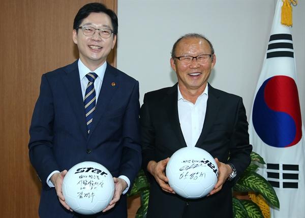 베트남 축구 박항서 감독이 9월 11일 경남도청을 방문해 김경수 경남지사를 만났다.