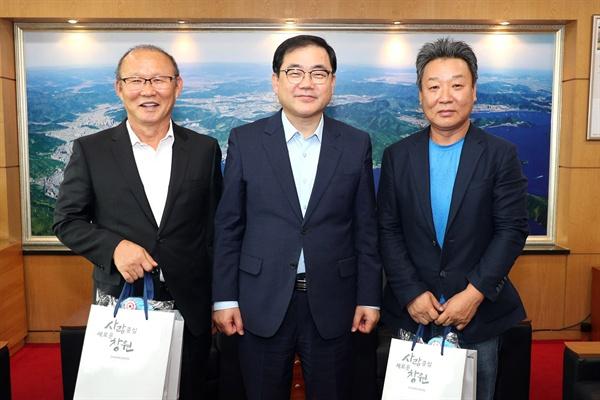 베트남 축구 박항서 감독과 사격 박충건 감독이 9월 11일 창원시청을 방문해 허성무 창원시장을 만났다.