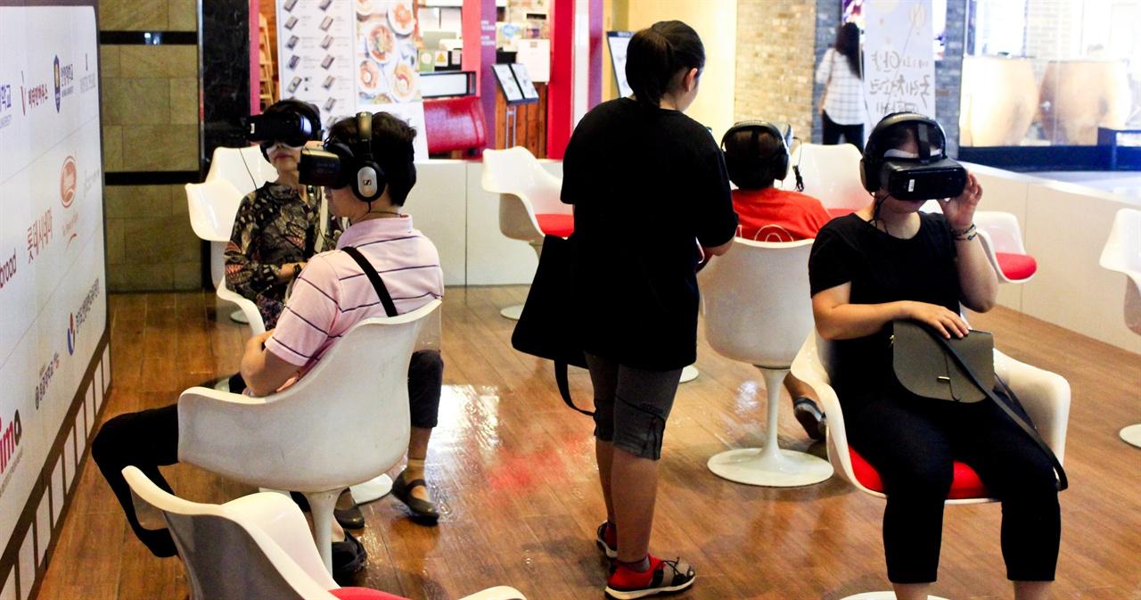 안양국제청소년영화제의 VR 시네마 체험장에서 시민들이 영화를 감상하고 있다.