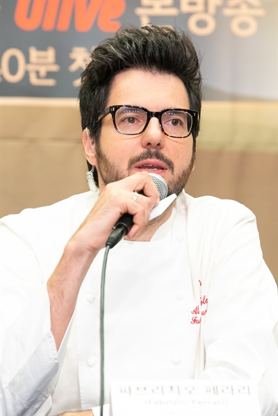 올리브 <한식대첩-고수외전>에 출연하는 이탈리아 셰프 파브리치오 페라리. 그는 이탈리아 한식 콘테스트에서 1위를 차지한, 자타공인 한식 전도사다.