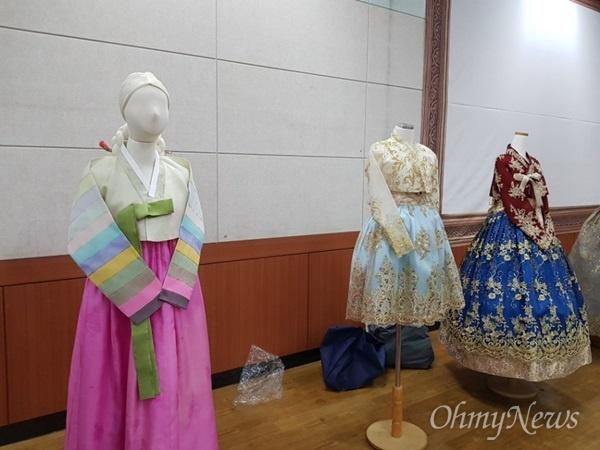 전통한복과 변형된 한복  종로구청이 11일 토론회에서 전시해놓은 전통한복과 변형된 한복.
