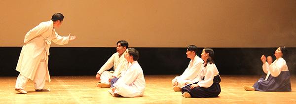 삽교고등학교 연극동아리 '비바틴'의 세미뮤지컬 '나는 윤봉길이다'의 한 장명.