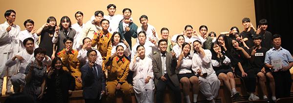 삽교고등학교 연극동아리 '비바틴'이 무대가 끝난 뒤 기념사진을 찍고 있다.