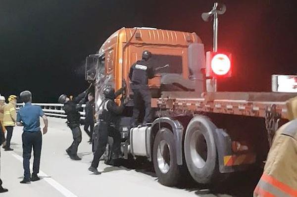 경찰은 밤 사이 부산과 거제를 잇는 거가대교에서 음주 상태로 트럭을 몰고 순찰차 등을 파손한 김 아무개(57)씨를 11일 새벽 검거해 조사하고 있다.