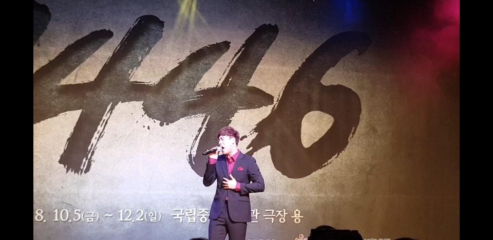 세종 역의 박유덕 배우가 뮤지컬 <1446>의 노래 중 '왕의 무게'를 부르고 있다.