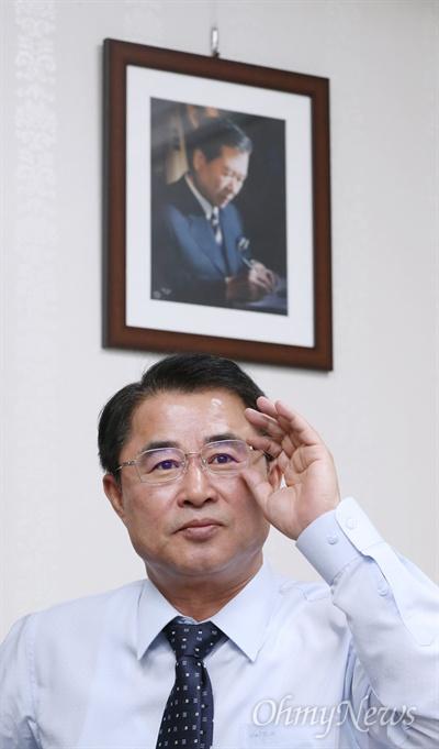 최경환 민주평화당 의원. 국회 의원회관에 있는 최 의원 방에 고 김대중 전 대통령의 사진이 걸려 있다.