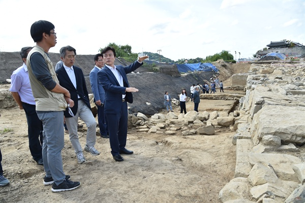 조규일 진주시장이 9월 11일 진주성 외성 복원 발굴 현장을 둘러보고 있다.