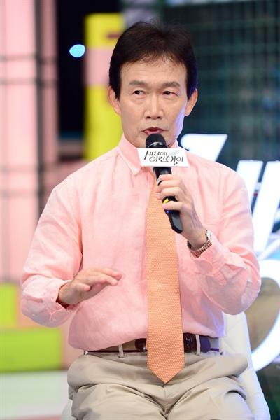 SBS <순간포착 세상에 이런 일이> 1000회 기자간담회에서 질문에 답하고 있는 MC 임성훈.