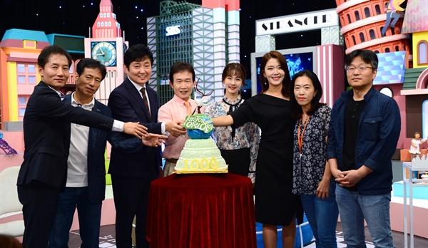 SBS <순간포착 세상에 이런 일이> 1000회 기자간담회에서 케이크 커팅하고 있는 MC 임성훈, 박소현, 이윤아 아나운서와 제작진.