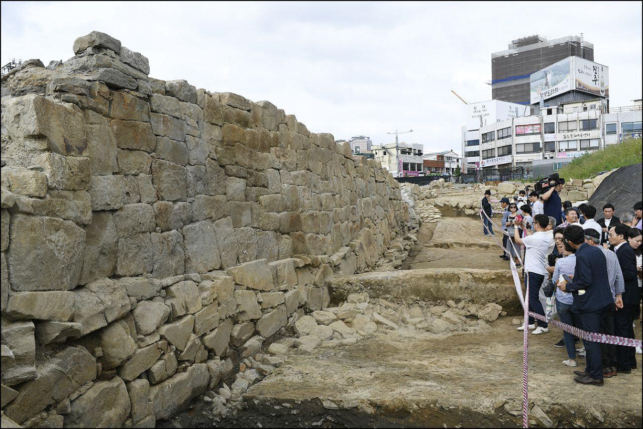 진주성광장에서 발견된 진주성 외성 일부 구간이 11일 오후 3시 시민들에게 공개됐다.