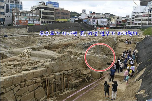 발견된 진주성 외성 구간 가운데 옛 우수로 건축물로 추정되는 콘크리트 벽이 발견됐다. 외성은 이로 인해 일부 파괴됐다