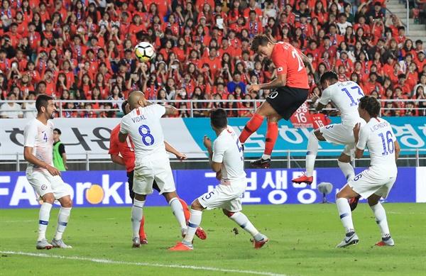 장현수의 특급 헤딩 11일 오후 수원월드컵경기장에서 열린 대한민국과 칠레의 친선경기. 장현수가 헤딩하고 있다. 경기는 0-0 무승부로 종료.