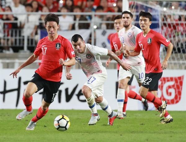 돌파하는 이재성 11일 오후 수원월드컵경기장에서 열린 대한민국과 칠레의 친선경기. 이재성이 돌파하고 있다.